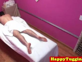مدلكة الآسيوية متعرج في جوارب مص ديك بعد إعطاء الافتتاح