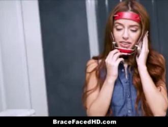 امرأة سمراء في سن المراهقة مع النظارات مص عشيقها