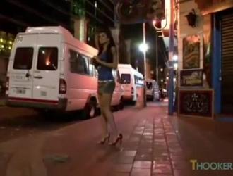 تحصل مارس الجنس امرأة سمراء في تنورة صغيرة من الخلف ، ويئن من المتعة أثناء كومينغ