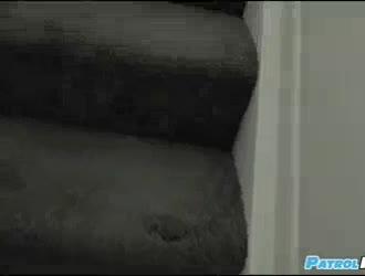 امرأة سمراء فليرتي ورجلها يمارسان الجنس بين الأعراق ، بينما على الأريكة الصغيرة