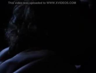 تنتشر جنيفر بوسها المشعر جدًا أمام الكاميرا وتستمني