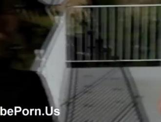 اثنين من الأطفال يستخدمون حزامًا ليمارس الجنس مع كس وردي ضيق لرجلهم ، عندما تكون جالسة على الكرسي