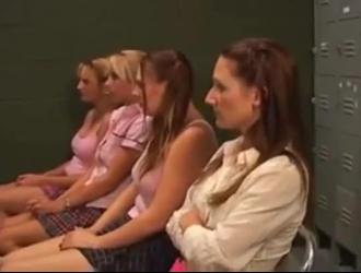 الفتيات الصغيرات لديهن الثلاثي بين الأعراق ، في حين أن واحدة منهم تمتص ديك الثابت الآخر