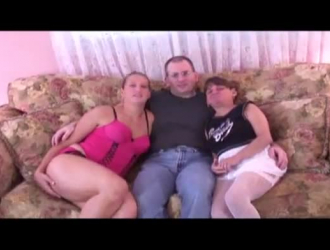 نزلت فاش على ركبتيها وفركت زب شريكها ، لإعداده لممارسة الجنس الشرجي