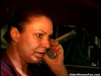 تحصل امرأة مكتب سلوتي على خبطات في مكتبها ، على الرغم من أن رئيسها خارج المدينة