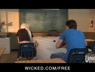 نحيل تلميذة شقراء في م جونز ينتظر بفارغ الصبر معلمها للحصول على قرنية ويمارس الجنس معها