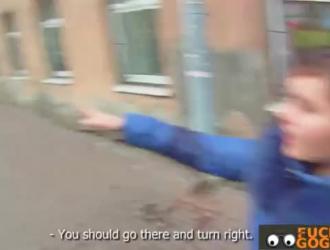 امرأة سمراء التشيكية مع كبير الثدي يأخذ دش ، بينما عشيقها ينتظر دورها