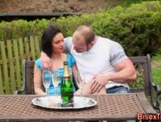 كان الفرخ الأشقر متحمسًا للغاية عندما ظهر صديقها ، لأنه أراد أن يمارس الجنس معها