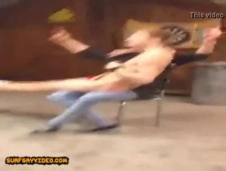 اثنين من الرجال قرنية يمارسون الجنس في الحمام ، بينما تلك القنابل الجنسية تشاهد التلفزيون