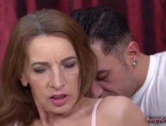 الجدة الناضجة في جوارب سوداء والكعب العالي تمارس الجنس مع موكلها على الأريكة