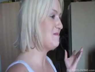 امرأة شقراء حسيّة تحب أن تمارس الجنس مع جارها الشاب الوسيم على الأريكة