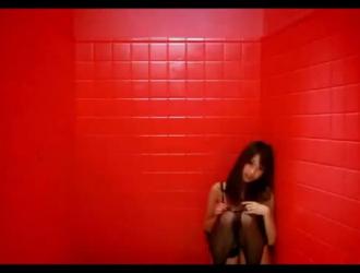 فتاة جميلة لديها الثلاثي عارضة في غرفتها وتتمتع به أكثر مما توقعت