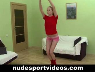 فتاة رياضية ذات شعر أخضر تنتشر ساقيها على نطاق واسع والحصول على يمسح بوسها من قبل رجلها