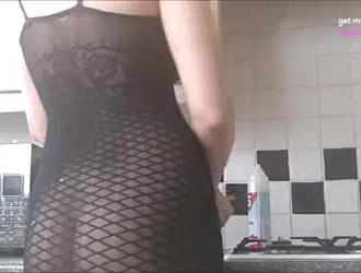 امرأة سمراء مع كبير الثدي ، أبريل بروكس على وشك ارتداء حزام واللعنة معلمتها