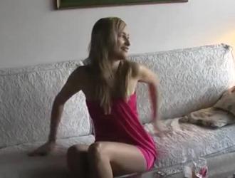 قهقه في سن المراهقة وجود بوسها مارس الجنس على الأريكة