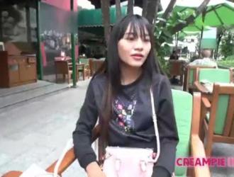 فتاة التايلاندية في جوارب سوداء يحصل بوسها امتص