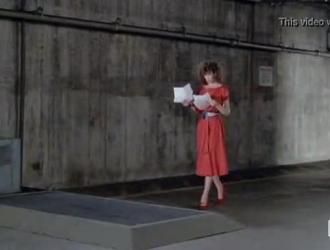 تلعب امرأة ذات شعر أحمر في جوارب سوداء مع بوسها بينما لا يوجد أي شخص آخر في المنزل
