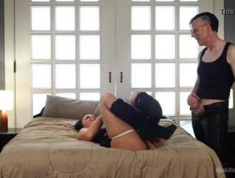 يحبها نهر لندن في المؤخرة عندما تقوم بعمل جنس بري ، قبل أن تحصل على نائب الرئيس