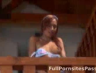 امرأة سمراء نحيفة ذات شعر أحمر ، بيلا تقوم بروتين تمددها وتحصل خلسة على ديك قاسي