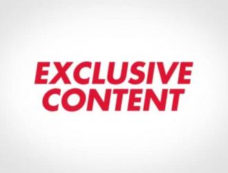 امرأة سمراء غريبة في جوارب زرقاء تمارس الجنس العرضي مع رجل أسود وسيم