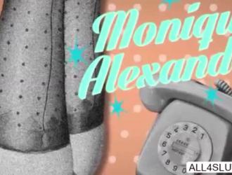 تظهر مونيك ألكسندر بومها المثالي لرجل محظوظ جيد بشكل جيد