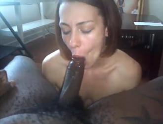فتاة بين الأعراق على وشك ممارسة الجنس مع رجل قرني انتقل للتو إلى حيها