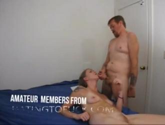 سكرتير مثير يمارس الجنس مع رئيسها ، في مكتبه الضخم ، على الأريكة