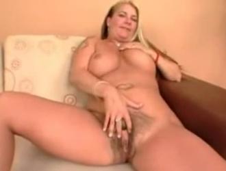 يتم قصفت مفلس ترانزيستور مع كبير الثدي في جميع الثقوب لها ، في غرفة المعيشة لها