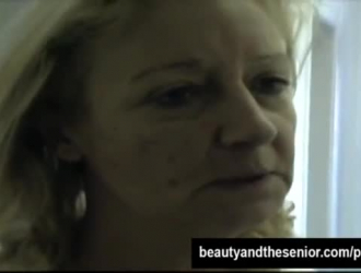 مجعد الشعر في سن المراهقة دونا ماي امتص الديك عشيقها الصعب أثناء التبول في حوض الاستحمام