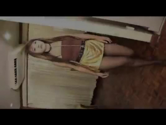 يمكن أن تتظاهر الفتاة المثيرة ذات الكعب العالي للناس ، لأنها تحب ذلك بهذه الطريقة