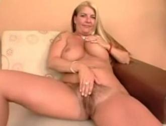 امرأة سمراء مفلس مع كبير الثدي ، جودي ويست تحب ممارسة الجنس في صالون للتدليك