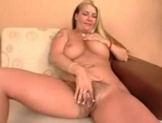امرأة سمراء مفلس بابتسامة ضخمة ، آسيا كاريرا تحب مص ديك والحصول على مارس الجنس بشكل جيد