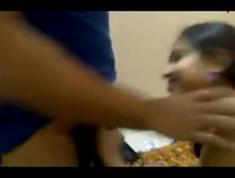 تمارس الفتاة الخجولة الجنس الجماعي مع الرجال الذين قابلتهم للتو ، من أجل المتعة فقط في الحمام.