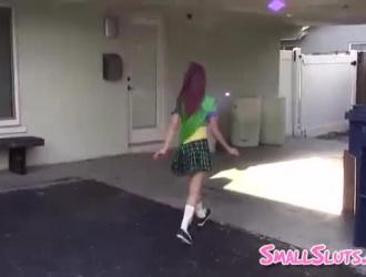 كايلي جاي تعرض مؤخرتها وتلعب مع صديقاتها السحاقيات في المكتب.