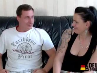 تحصل الزوجة الألمانية الناضجة على كل ثقوبها محفزة في العديد من الأوضاع قبل الحصول على الوجه.