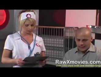 خلعت ممرضة شقراء رائعة بزيها الرسمي زيها ولحست قضيب المريض