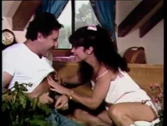 امرأة سمراء ناضجة مع كبير الثدي تحصل على اللعنة الجيدة في غرفة التخزين ، خلال النهار