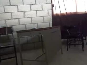 امرأة سمراء مع النظارات كانت تمتص ديكًا دهنيًا للمطارد ثم مارس الجنس معها بعمق داخل منزلها