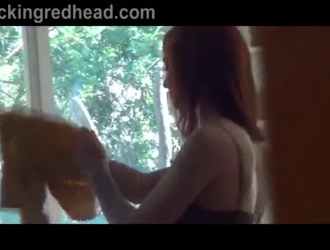 يحاول المراهق ذو الشعر الأحمر المغري ممارسة التمارين والجنس