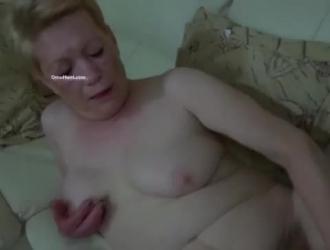 الجدة قرنية مستلقية على السرير وتبذل قصارى جهدها لتسلية زوجها في منزلهم