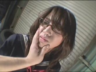 امرأة يابانية متوحشة في وجه الجلوس