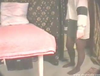 في سن المراهقة الروسية المدهشة مع ضخمة الثدي تستخدم هزاز كبير لالتفاف لها ضيق الحمار أثناء القيام بذلك