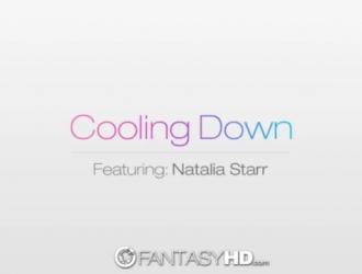 تقوم ناتاليا ستار ولينا بممارسة الحب مع بعضهما البعض بينما لا يوجد أي شخص آخر في المنزل