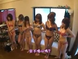 يتم ممارسة الجنس مع الفتيات الآسيويات في أوضاع مختلفة ، معظمها على الأرض ، حتى يبدأن بالصراخ