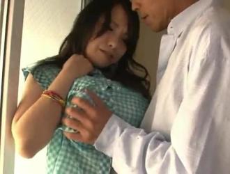 فتاة شهوانية تمتص قضيب شريكها بفارغ الصبر وتأكل الكثير من نائب الرئيس الطازج في النهاية