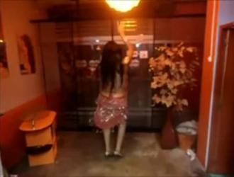 امرأة سمراء ساخنة ، سامانثا سانت تمارس الجنس مع والدها ، في غرفة معيشتها ، في الوقت الحالي