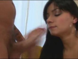 حلوة سمراء ملاك تقبيل رجلها لأول مرة