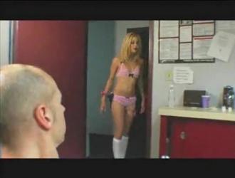 شقراء عاهرة هو الحصول على مارس الجنس في الحمار من قبل أحد عشاقها غريب ، خلال الثلاثي