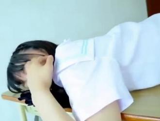 فتاة في المدرسة تلعب في الهواء الطلق