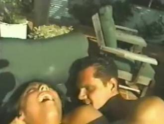 فتاة إيطالية تقوم بفرك بوسها المبلل بالنقع أمام شاب في غرفة نومه